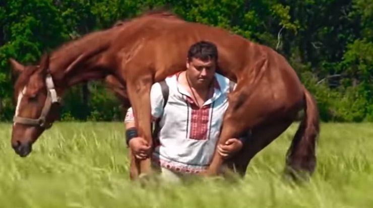 الرجل القوي الذي يحمل الخيول على ظهره